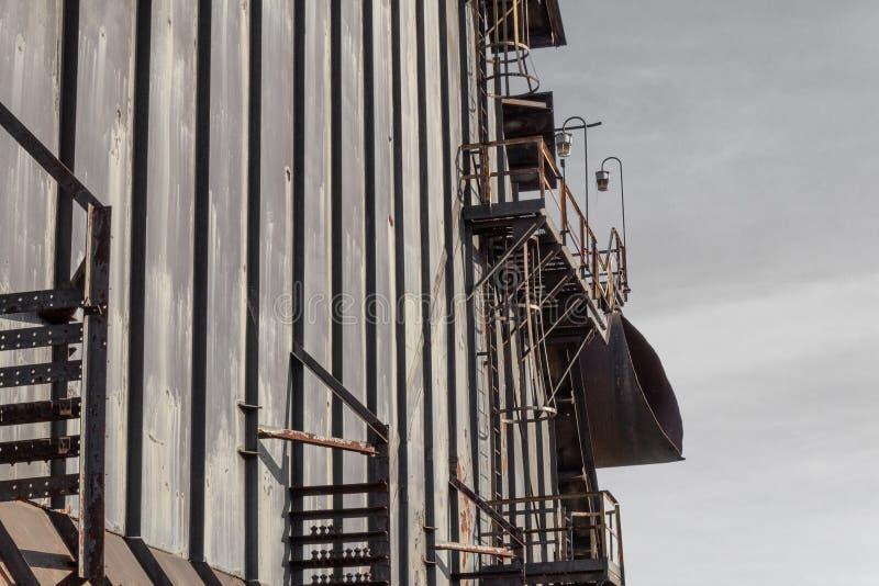 Mur des panneaux, des passages couverts et des échelles en acier, cieux gris images libres de droits