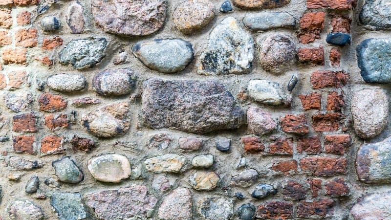 Mur des pierres de champ et des briques rouges images libres de droits