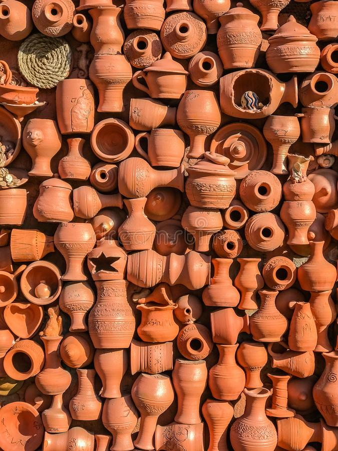 Mur des pots de poterie de terre, cruches, vases, pots, tasses Le fond image stock