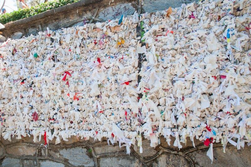 Mur des souhaits, notes avec les souhaits, le message sur la note images stock