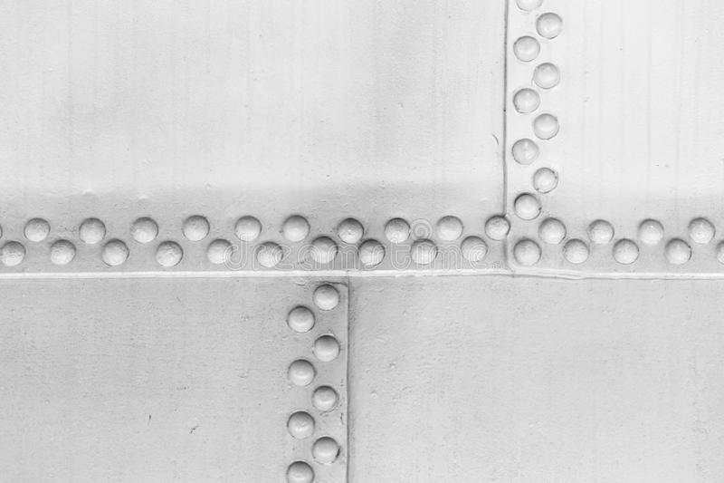 Mur en acier blanc avec des rivets, texture de cru images libres de droits