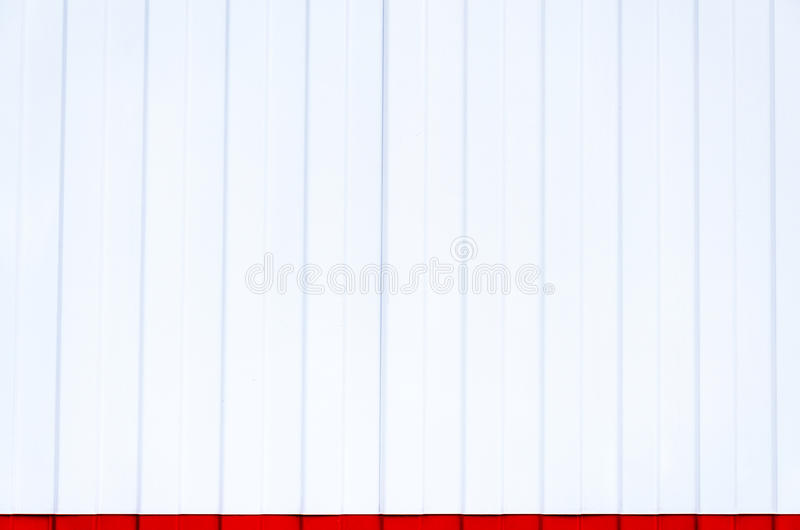 Mur en acier blanc avec une rayure rouge image libre de droits