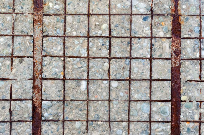 Mur en béton avec le renfort dénudé, rouillé photographie stock libre de droits
