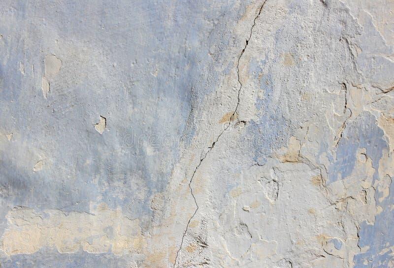 Mur en béton bleu avec une longue fente au milieu, texture photographie stock