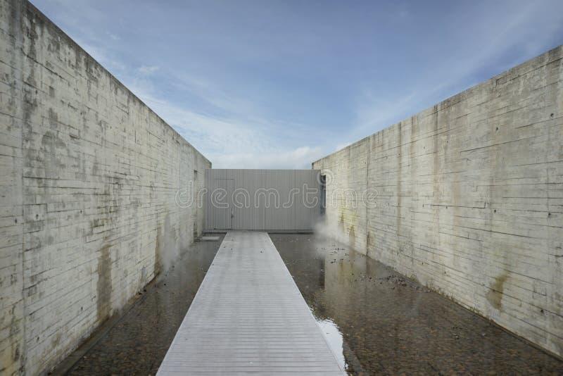 Mur en béton de modèle de planche et voie pâle de bois de construction avec le CCB de ciel images stock