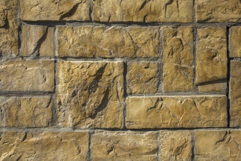Mur en b?ton de place en pierre jaune et briques rectangulaires de diff?rentes tailles en ciment gris Texture de surface approxim photographie stock libre de droits