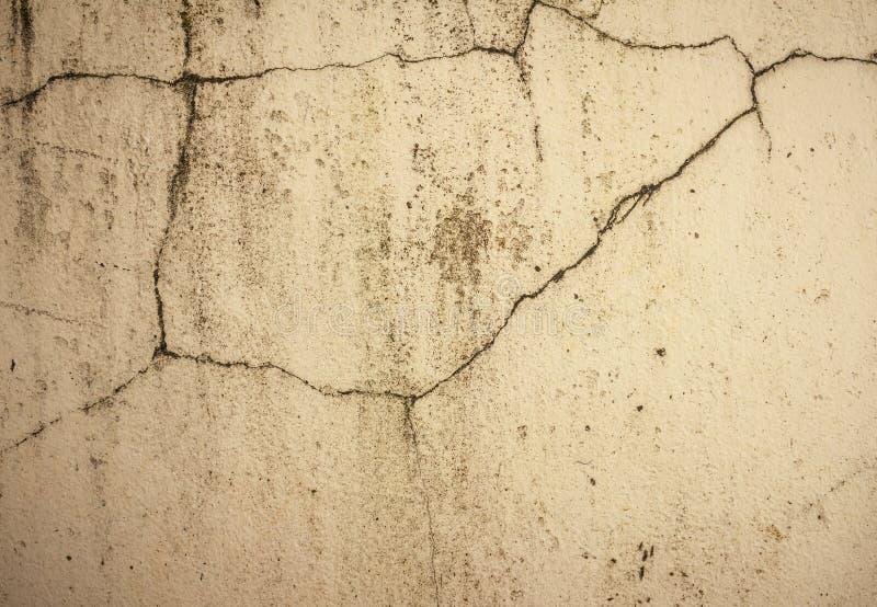 Mur en béton grunge de ciment avec la fente dans le bâtiment industriel image libre de droits