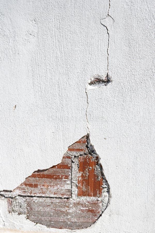 Mur en béton grunge de ciment avec la fente dans un mur photo stock