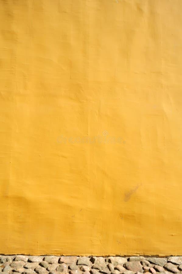 Mur en béton jaune image stock