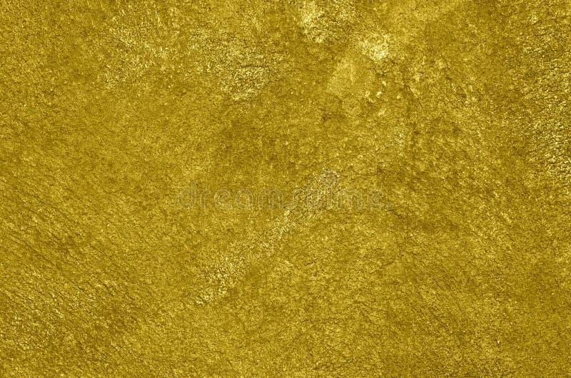 Mur en béton peint à l'aérosol avec la peinture d'or images stock