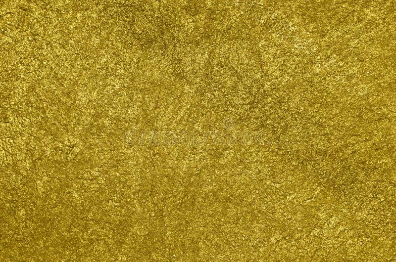 Mur en béton peint à l'aérosol avec la peinture d'or brillante images libres de droits