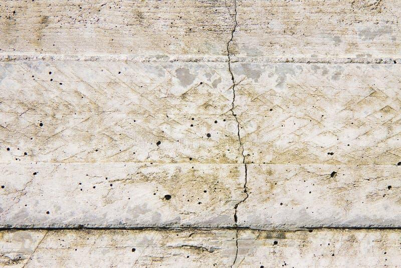 Mur en béton renforcé avec les fissures dangereuses image libre de droits