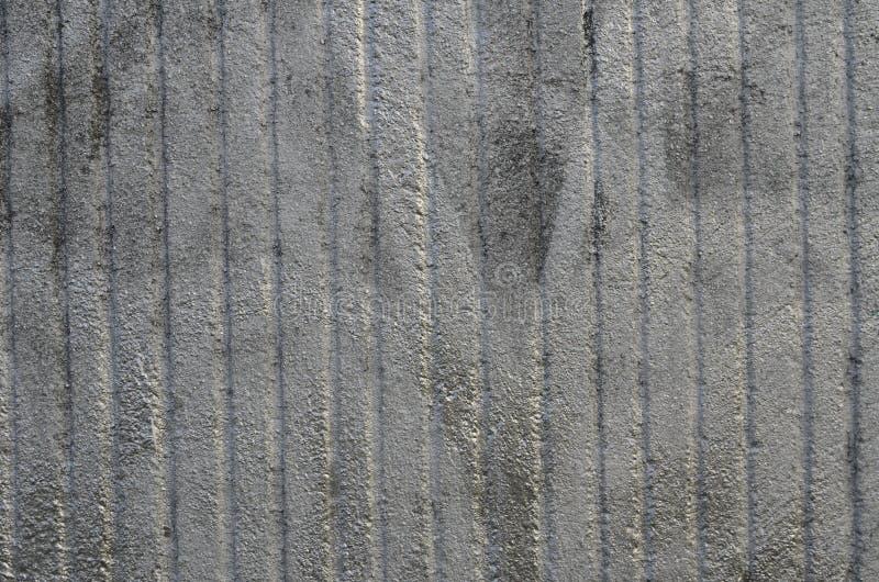 Mur en b?ton rugueux peint ? l'a?rosol par la peinture argent?e de graffiti image libre de droits