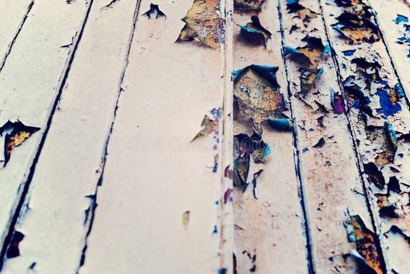 Mur en bois avec la peinture beige, sévèrement superficielle par les agents et l'épluchage image stock