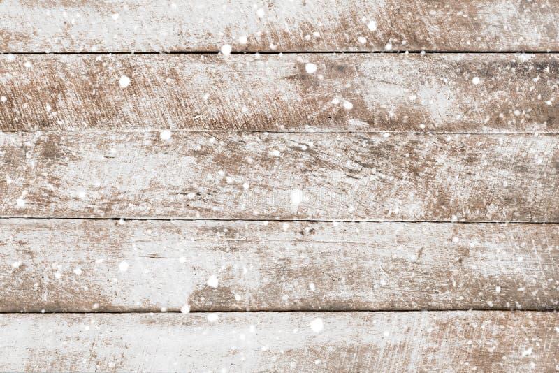 Mur en bois blanc de vintage avec la chute de neige photographie stock libre de droits