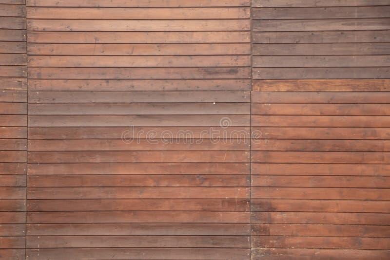 Mur en bois brun avec des lignes horizontales en arrière-plan image libre de droits