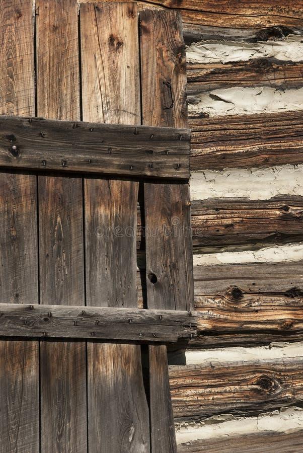 Mur en bois de carlingue de porte et de rondins images libres de droits