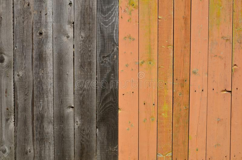 Mur en bois de planches peint dans le noir et le brun photos libres de droits