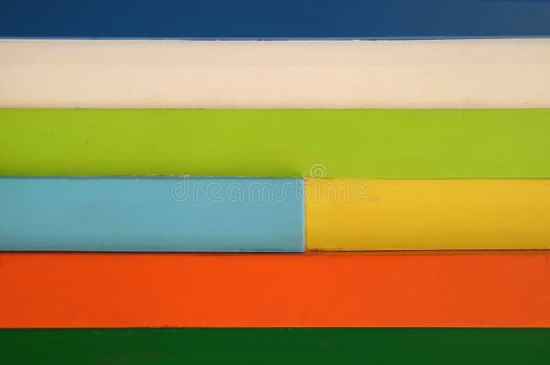 Mur en bois multicolore dans le modèle horizontal, pour le fond images stock