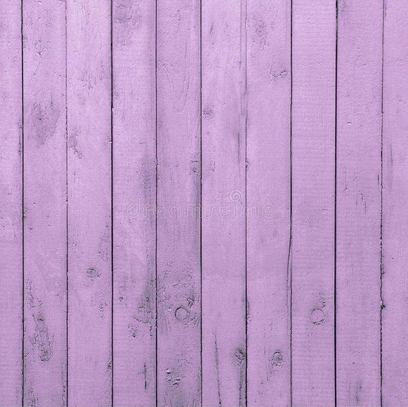 Mur en bois rose avec les planches verticales image libre de droits
