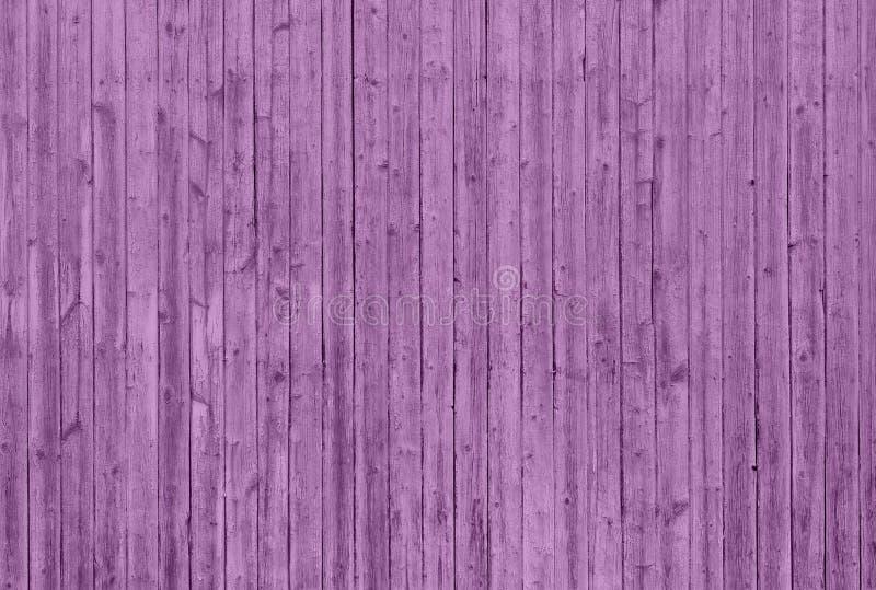 Mur en bois rose avec les planches verticales photographie stock