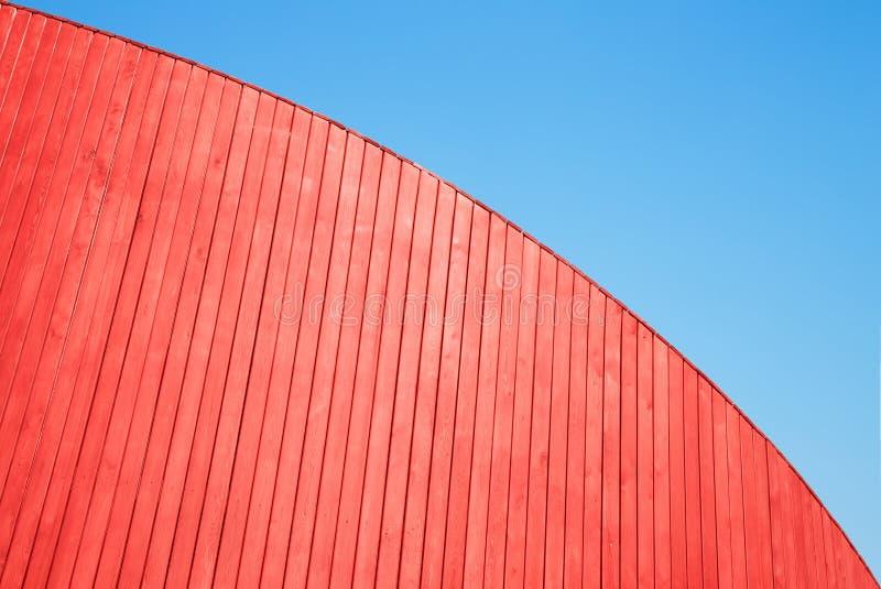Mur en bois rouge de planches et ciel bleu photo stock