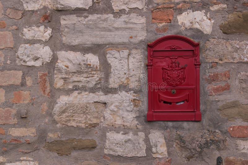 Mur en pierre avec la boîte aux lettres rouge photo stock
