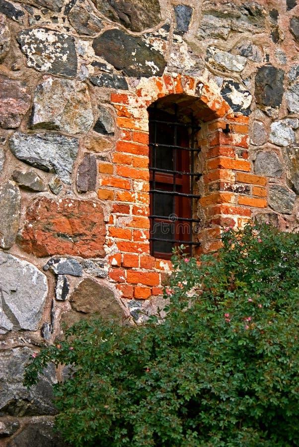 Mur en pierre avec la fenêtre photos libres de droits