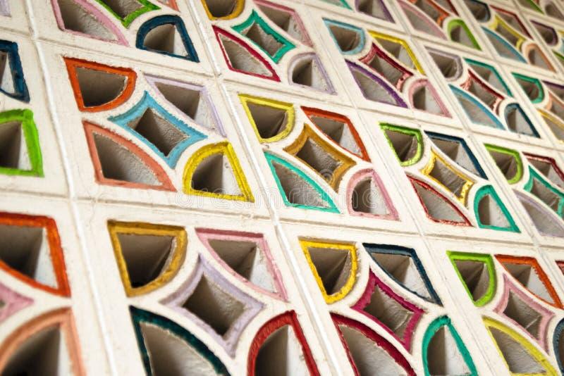 Mur en pierre blanc avec beaucoup de fenêtres colorées photo stock