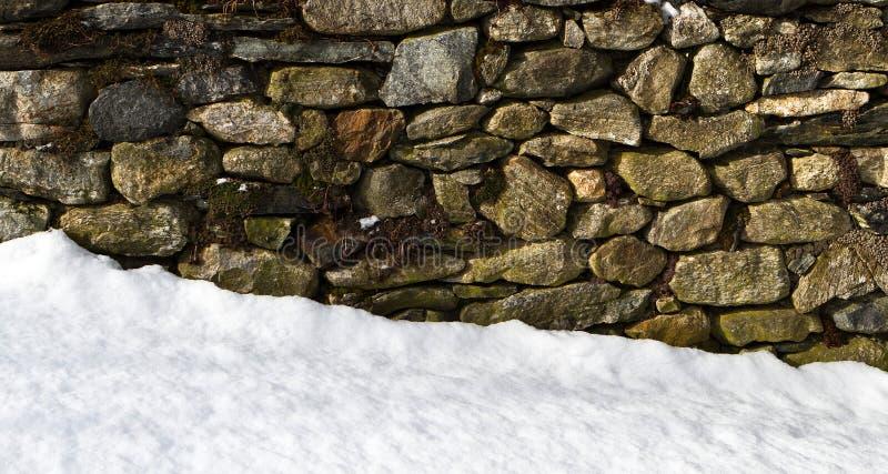 Mur en pierre dans la neige photo libre de droits