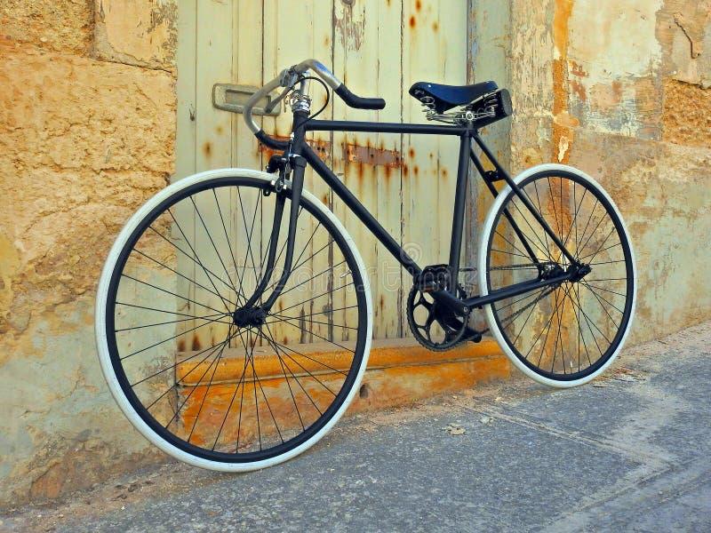 Mur en pierre de bicyclette de vintage vieux images stock