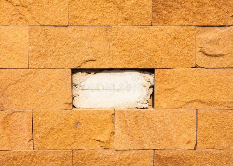 Mur en pierre de brique de grincement de Brown image stock