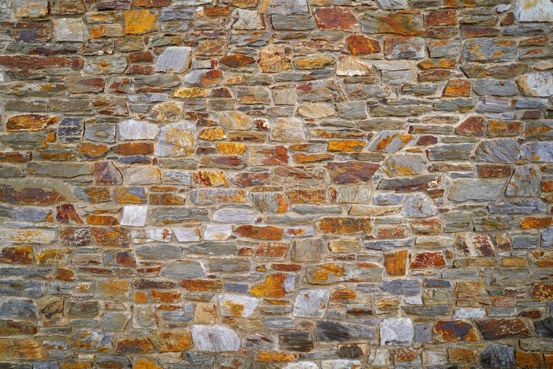 Mur en pierre de maçonnerie en pierre d'ardoise en Andorre photos libres de droits