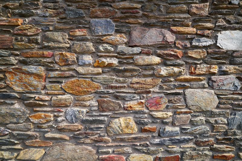 Mur en pierre de maçonnerie en pierre d'ardoise en Andorre photo stock