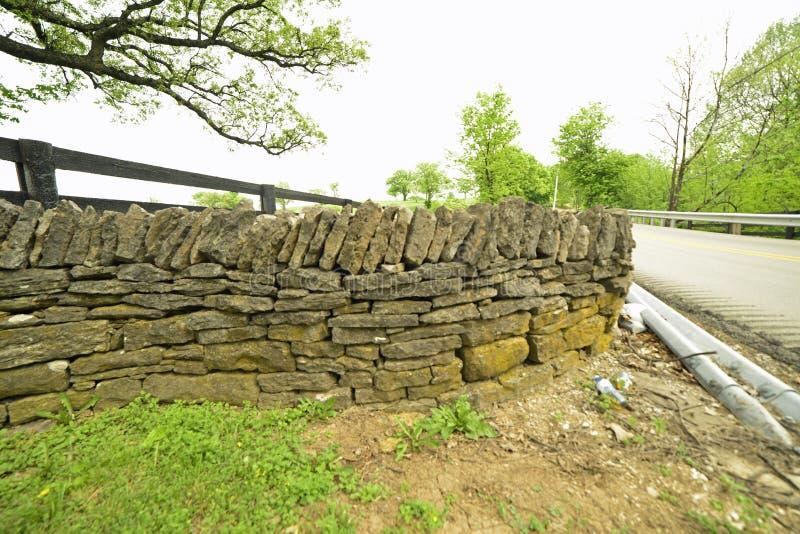 Mur en pierre empilé de côté de route au Kentucky rural photographie stock libre de droits