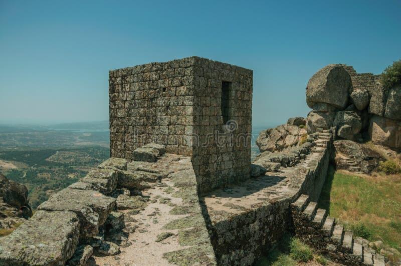 Mur en pierre et tour carrée sur le sommet au château de Monsanto photos libres de droits