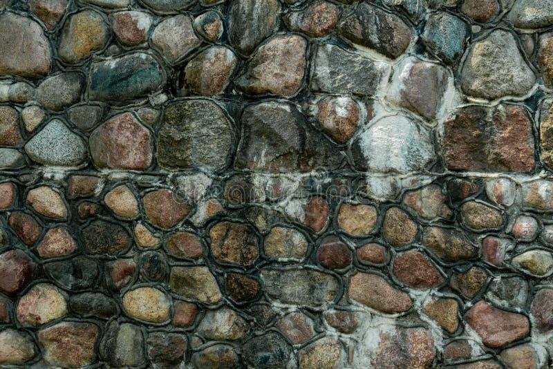 Mur en pierre sur la côte de la mer baltique photographie stock