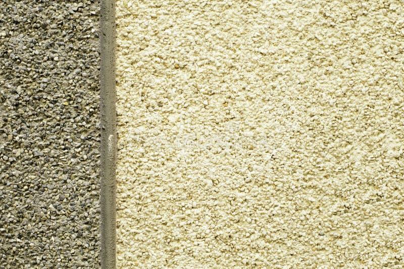 Mur en pierre, surface douce, miette d'asphalte, fond de bitume L'équilibre est dans des tons beiges et gris, séparés par une ver images libres de droits