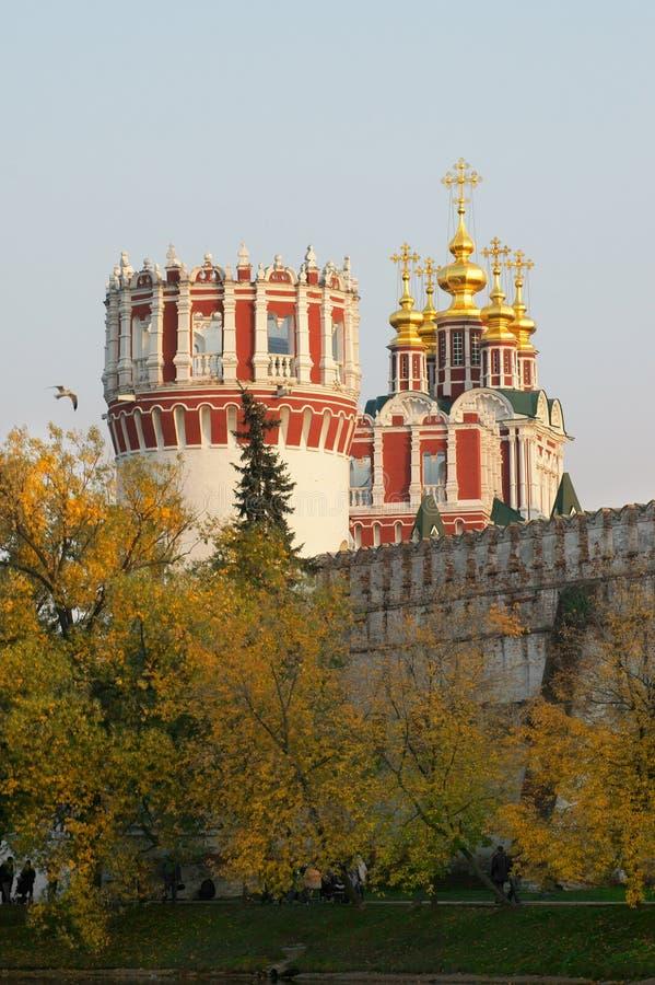 Mur et église de monastère de Novodevichy avec du Cu cinq image stock