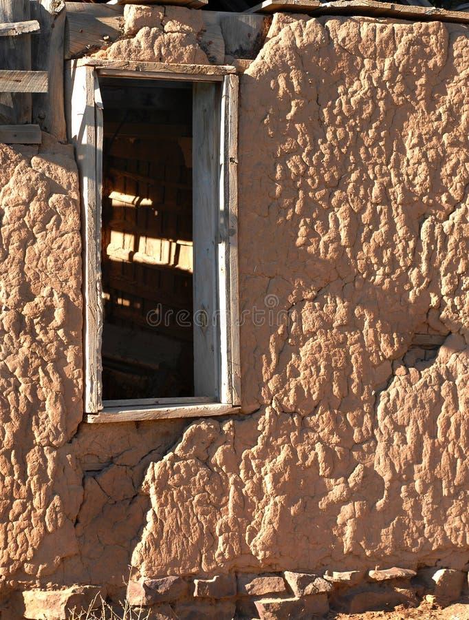 Mur et fenêtre d'Adobe image libre de droits