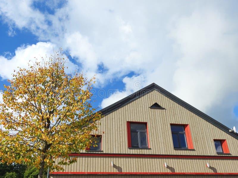 Mur et fenêtres à la maison jaunes photographie stock