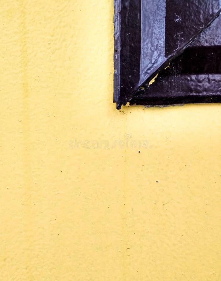Mur et partie jaunes de la fenêtre photographie stock libre de droits