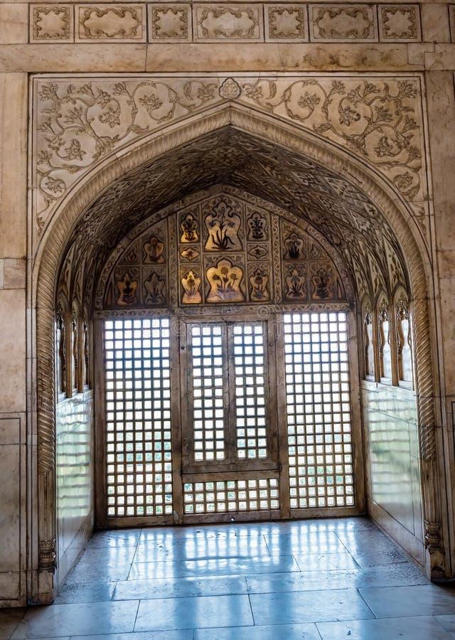 Mur et porte de marbre décorés au palais de fort d'Âgrâ photographie stock