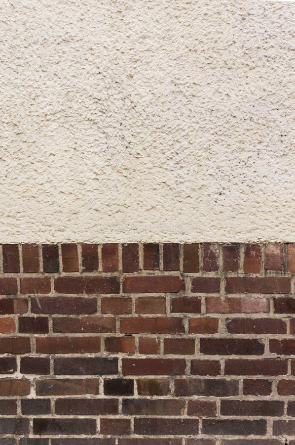 Mur extérieur avec le dessus plâtré sur le fond rouge de brique de scories photo libre de droits