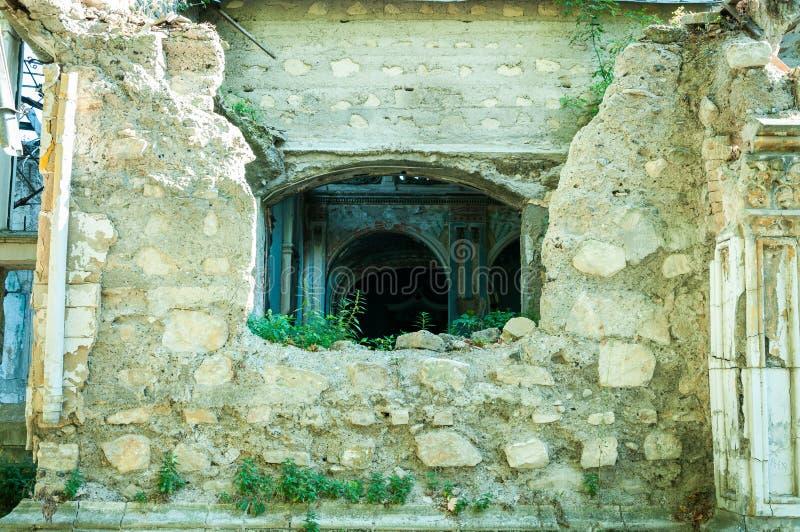 Mur extérieur et partie de l'intérieur de la maison abandonnée de villa des personnes riches démoli par des grenades dans la zone images stock