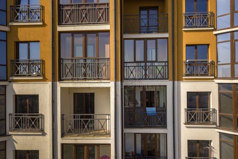 Mur ext?rieur de d?tail de l'immeuble d'appartement ou de bureaux La balustrade forg?e de balcon, ciel bleu s'est refl?t?e dans l images stock