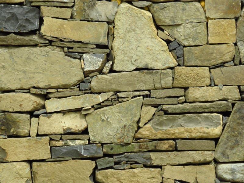 Mur fait de blocs en pierre gris gris appropri? au fond ou au papier peint brique Mur moderne photos libres de droits