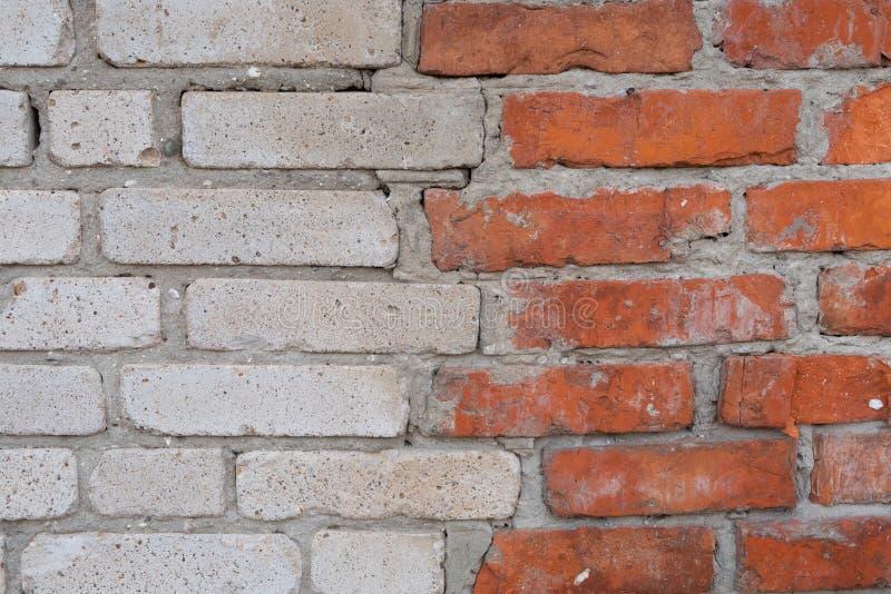 mur fait de briques blanches et rouges photos stock