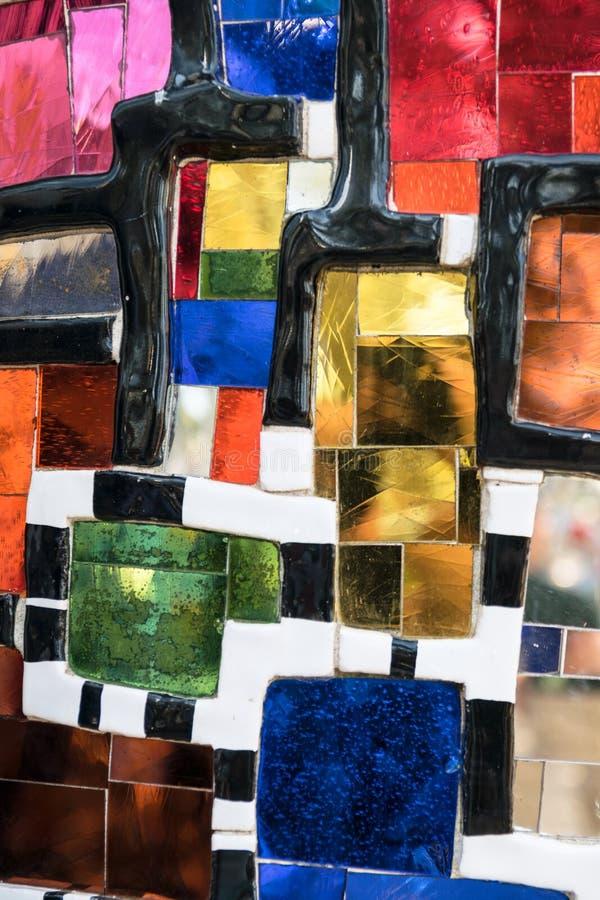 Mur fait de morceaux en c?ramique multicolores photo libre de droits
