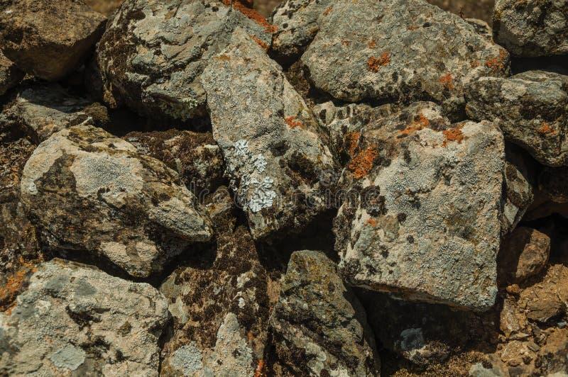 Mur fait de pierres avec de la mousse et des lichens chez Evoramonte images stock